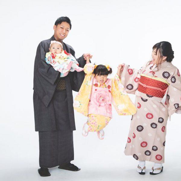 実はお父さんが一番うれしかったりして?七五三の家族写真