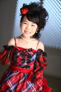 少しはにかみ笑顔で。AKB風のドレスはキッズに大人気!